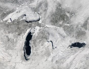 I grandi laghi del Nord America quasi completamente ghiacciati.