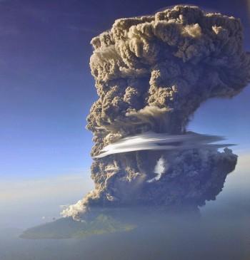 Indonesia: spaventosa eruzione del vulcano Sangeang Api, a rischio il traffico aereo