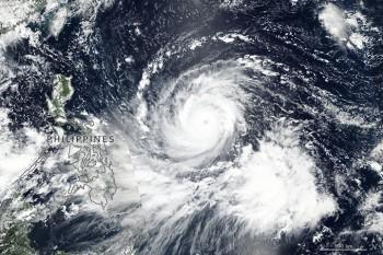 """Devastante Tifone """"Mangkhut"""" ormai su Hong-Kong! 64 vittime nelle Filippine!"""