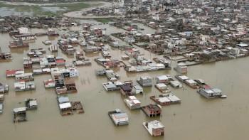 Inondazioni devastanti in Iran, 77 morti e oltre 200.000 sfollati