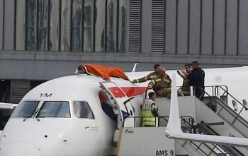 Clima: un uomo si incolla ad un aereo in segno di protesta