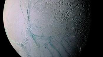 """Ecco perché la luna di Saturno è """"tigrata"""""""