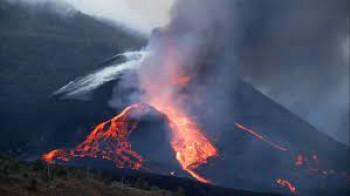 Altro disastro nelle Canarie: crolla il cratere del Cumbre Vieja